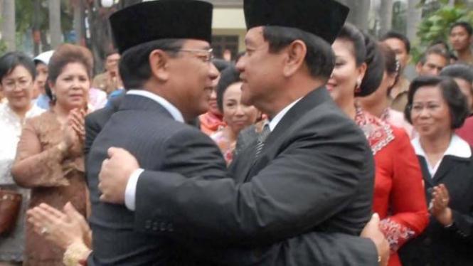 Menkopolhukam Widodo AS berpelukan dengan penggantinya Djoko Suyanto