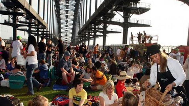 Masyarakat Australia menikmati sarapan di atas jembatan Sydney Harbor Bridge