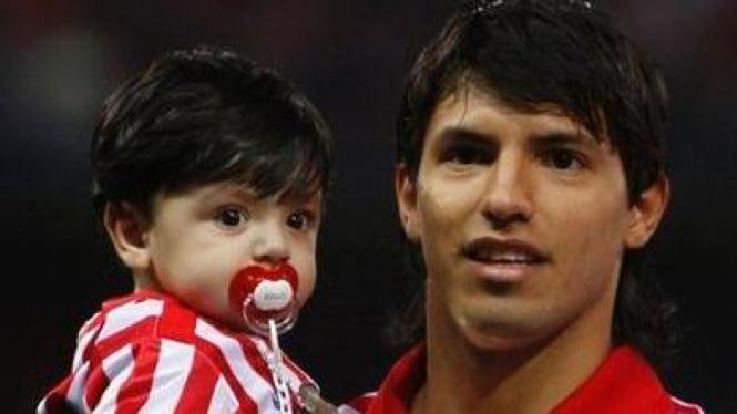 Sergio Aguero dan putra pertamanya Benjamin Aguero Maradona