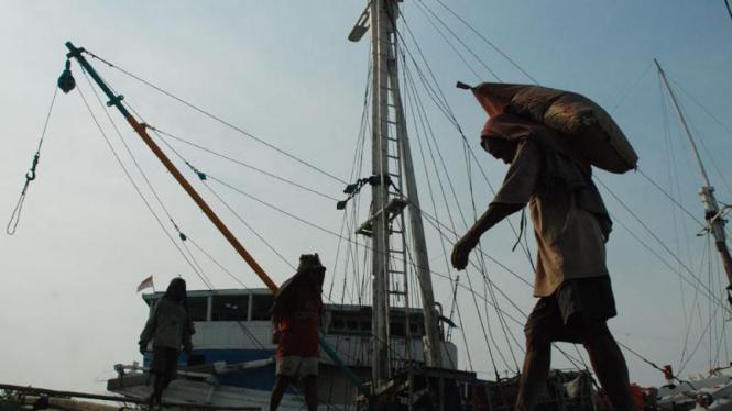 Buruh mengangkut semen di Pelabuhan Sunda Kelapa, Jakarta.