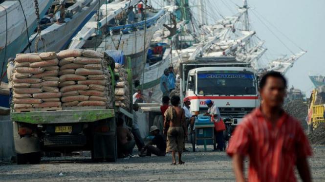 Pengangkutan semen di Pelabuhan Sunda Kelapa, Jakarta.