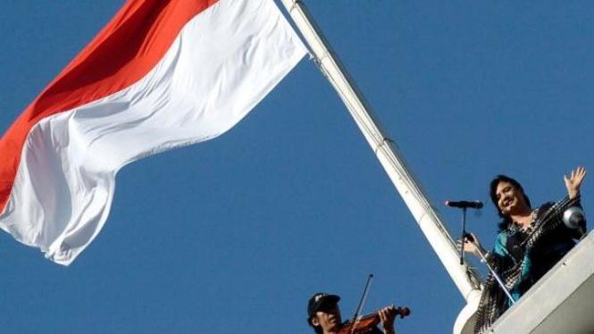 Cornelia Agatha baca puisi di lokasi penyobekan bendera Belanda 10 November 1948