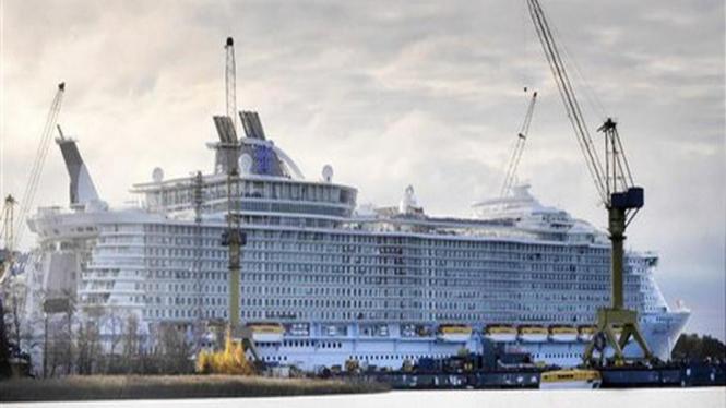 """Kapal pesiar """"Oasis of the Seas"""" saat berada di galangan kapal di Finlandia"""