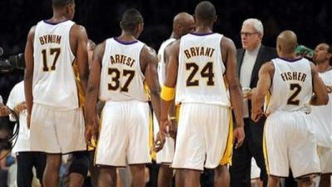Andrew Bynum (17), Ron Artest (37), Kobe Bryant (24) dan Derek Fisher