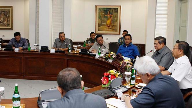 Presiden Susilo Bambang Yudhoyono (SBY) dan Boediono rapat kabinet