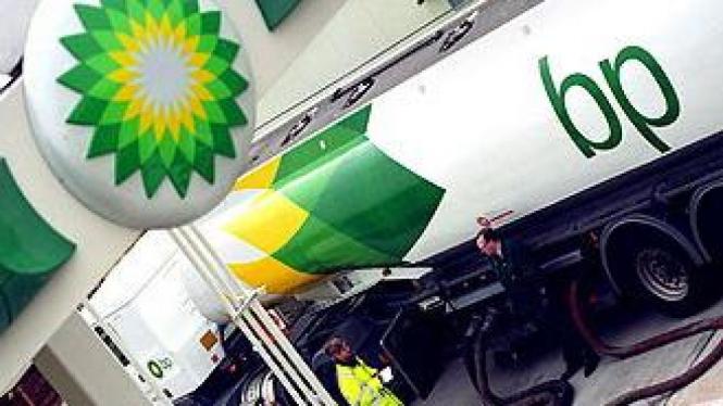 Mobil tangki sedang memasok bahan bakar di SPBU BP