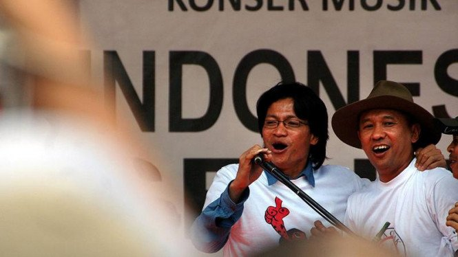 Direktur Eksekutif Amnesty International Indonesia Usman Hamid (kiri) (Foto 2004)
