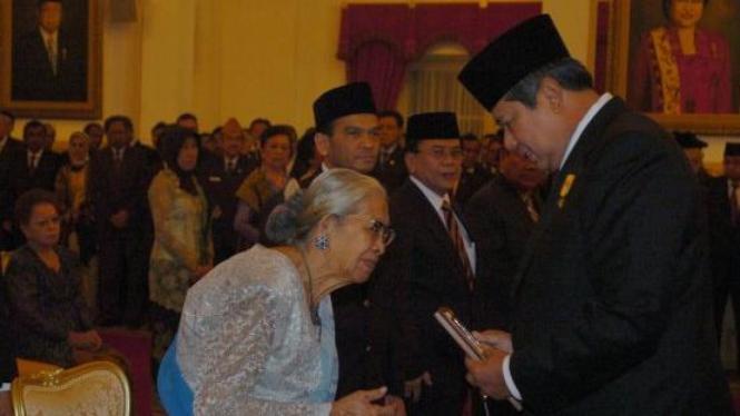 SBY serahkan gelar pahlawan pada John Lie yang diterima istrinya