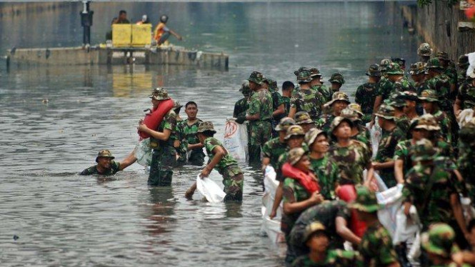 Marinir membersihkan Kali Ciliwung, Jakarta