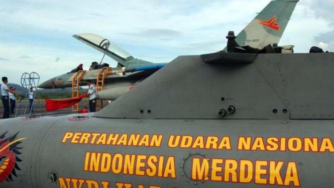Personel TNI AU memeriksa kesiapan pesawat tempur F-16.