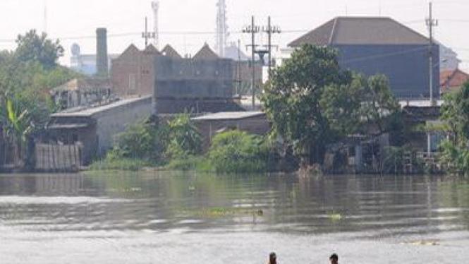 Kali Surabaya yang tingkat pencemarannya sudah demikian tinggi.