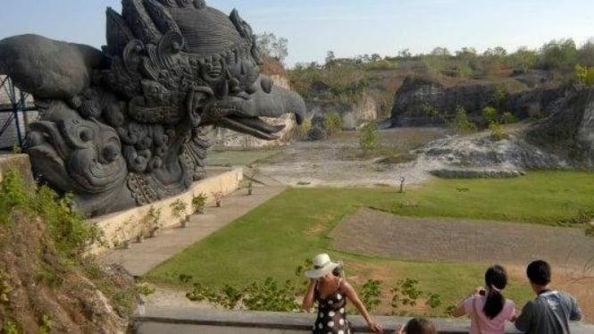 Wisatawan asing di patung Garuda Wisnu Kencana di Bukit Jimbaran, Bali