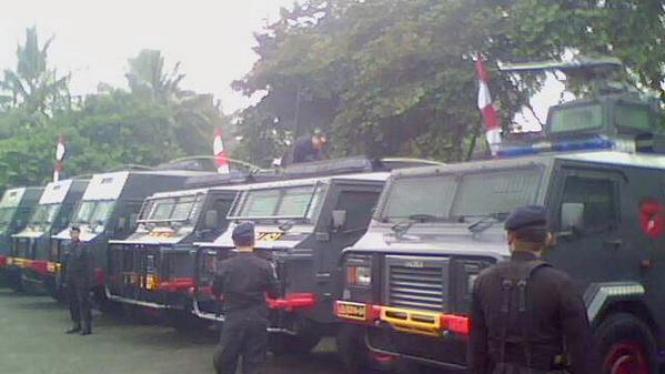 Sejumlah Brimob bersiaga di dekat mobil tank