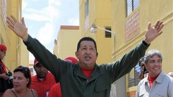 Presiden Venezuela, Hugo Chavez, menyambut rakyatnya di Kota Caracas