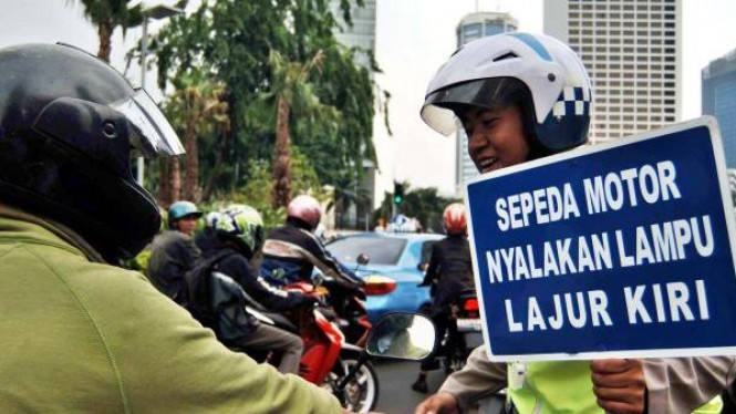 Sosialisasi sepeda motor nyalakan lampu dan melaju di lajur kiri.