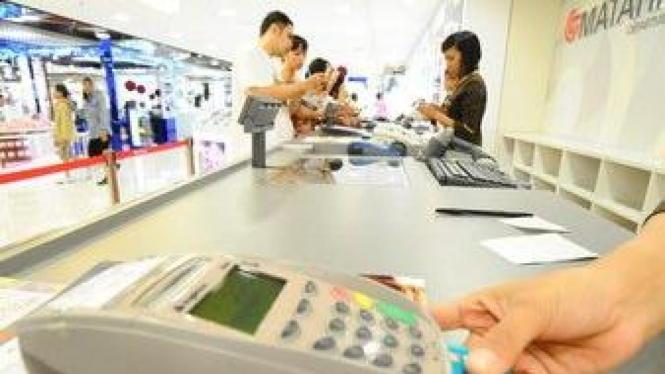 Penggunaan kartu kredit di sebuah mal di Surabaya