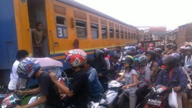 Kereta api Rapih Dhoho mogok di Jl. Kapasari, Surabaya.
