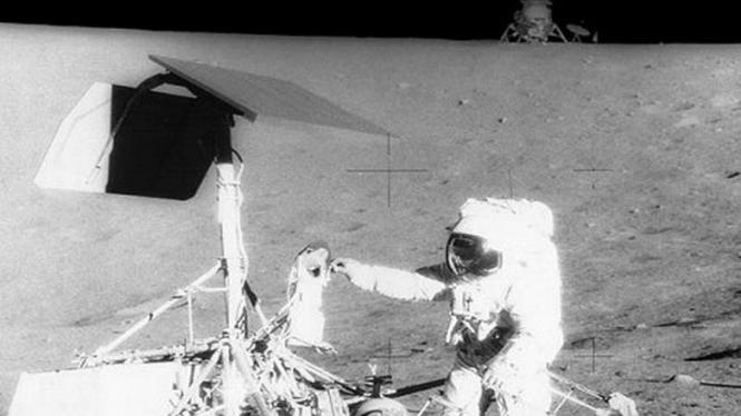 Para astronot Apollo 12 saat menginjak bulan