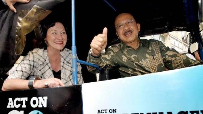 Fauzi Bowo & Menteri Perubahan Lingkungan Inggris, Joan Ruddock, naik bajaj BBG