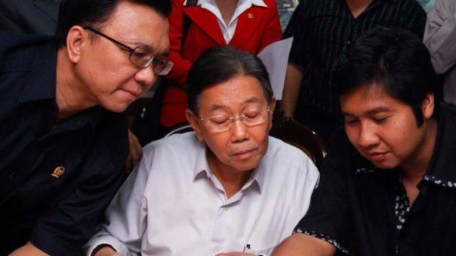 Kwik Kian Gie diapit Maruarar Sirait (PDIP) & Chandra Tirta Widjaya (PAN)