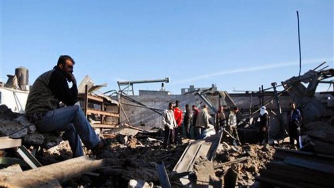 Seorang pria di Jalur Gaza memandangi bangunannya yang hancur dibom Israel