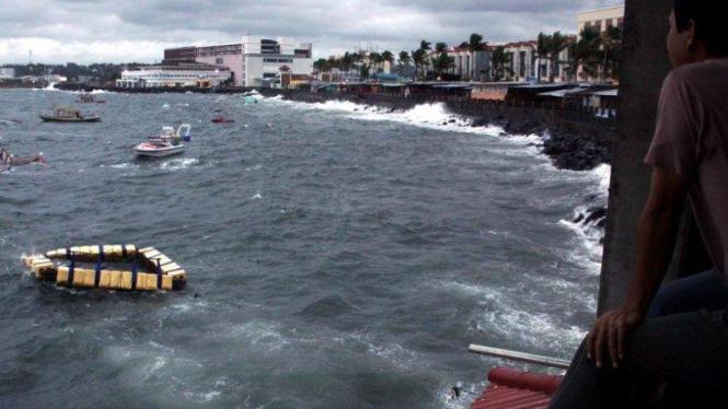 Perahu tenggelam di pantai Manado, Sulawesi Utara