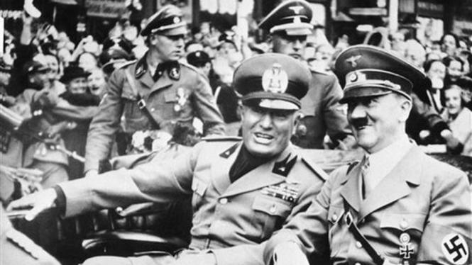 Adolf Hitler (kanan) saat berkendara bersama Benito Mussolini.