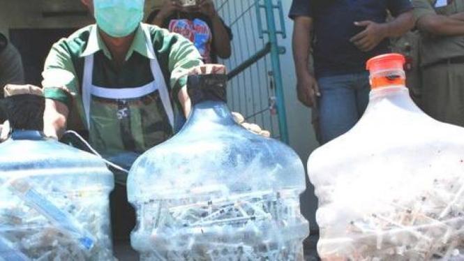 Ribuan jarum suntik bekas yang pernah digunakan pemakai narkoba.