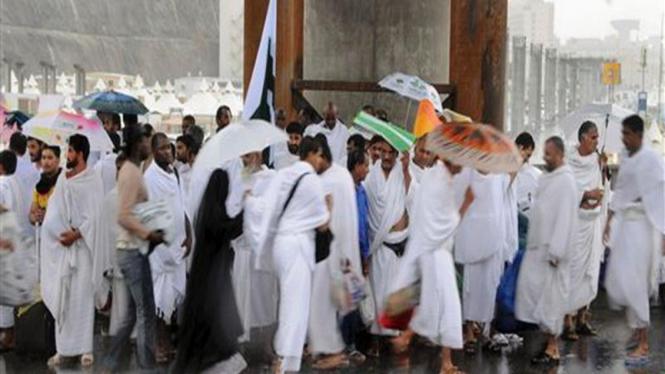 Jemaah haji tengah menunaikan ritual.
