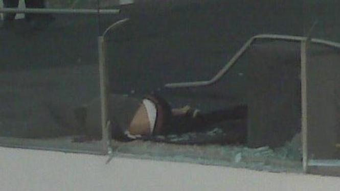 Pria jatuh di Senayan City