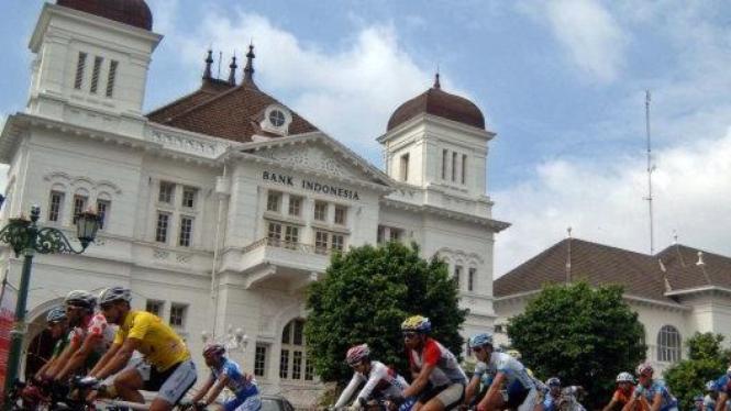 Pebalap sepeda melintasi gedung BI dan Pos Yogyakarta