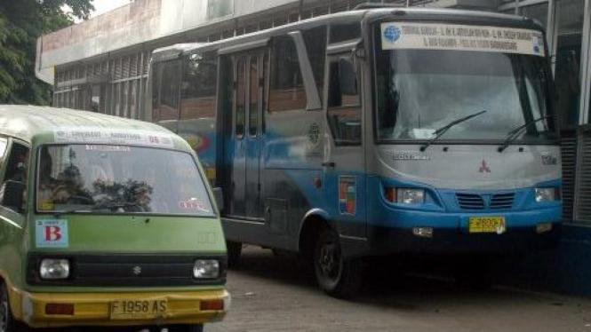 Angkot melintas di dekat busway Transpakuan di Bogor