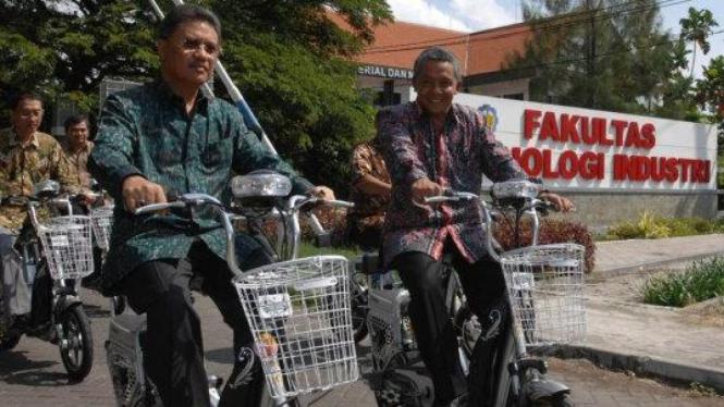 Dirut PLN Fahmi Mochtar (kiri) & Rektor ITS Priyo Suprobo naik sepeda listrik