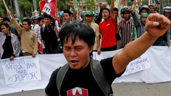 Massa Gerakan Mahasiswa Nasional Indonesia (GMNI) berdemonstrasi