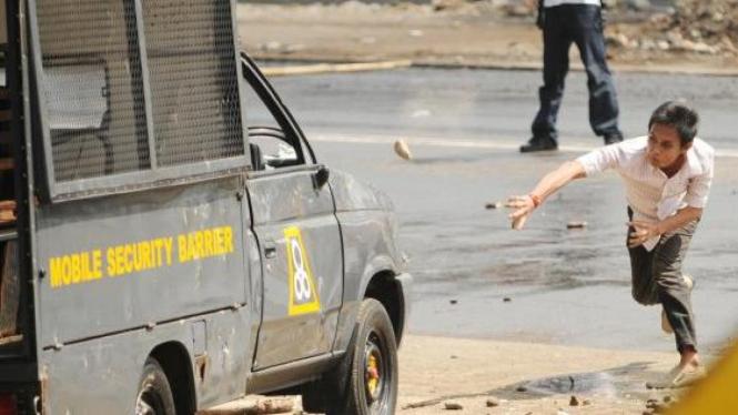 Mahasiswa melempar mobil polisi dalam unjuk rasa
