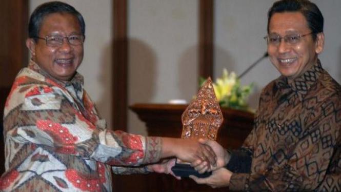 Boediono terima kenang-kenangan dari Darmin Nasution