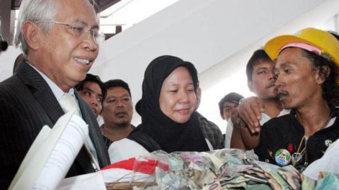 Prita Mulyasari dan pengacarnya OC Kaligis terima sumbangan dari pengamen