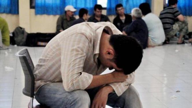 Imigran Afghanistan duduk menunggu giliran diperiksa di Polda NTB di Mataram