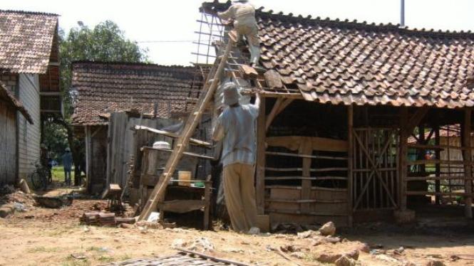 Warga Tuban memperbaiki rumah yang dihajar puting beliung