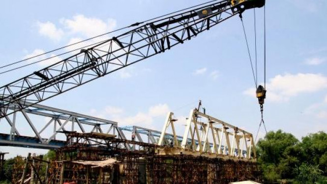 Pembangunan jembatan kereta api di atas Bengawan Solo