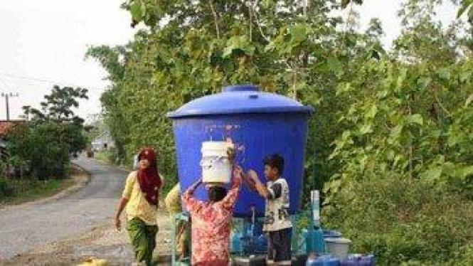 Warga Desa Gunung Eleh, mengambil air suplai PDAM