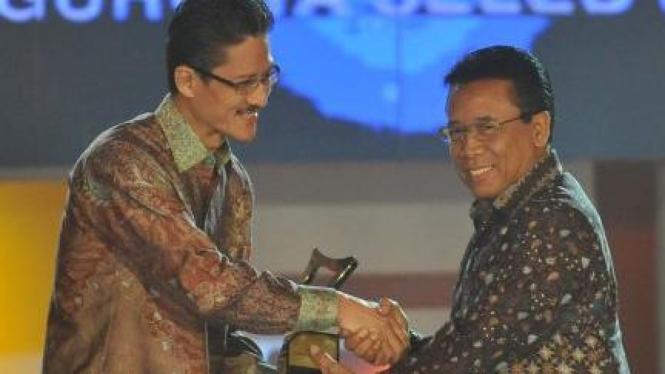 Djoko Suyanto sampaikan KPI Award pada Dirut SCTV Fofo Sariaatmadja