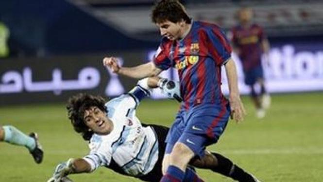 Lionel Messi (kanan) melewati kiper Atlante Frederico Vilar