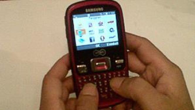 Ponsel Qwerty Smart Telecom bekerjasama dengan Samsung