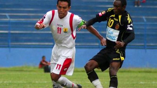 Pemain Persema Bima Sakti dibayangi oleh pemain Sriwijaya Zah Rahan (kanan)