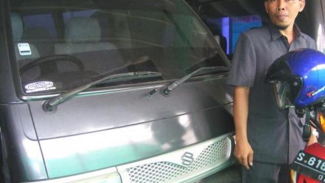 Makhfudz menunjukkan mobil dinas DPRD  tahun 2000 dan 1996