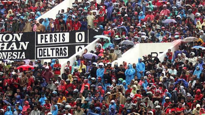 Persis - Deltras : Penonton Kehujanan