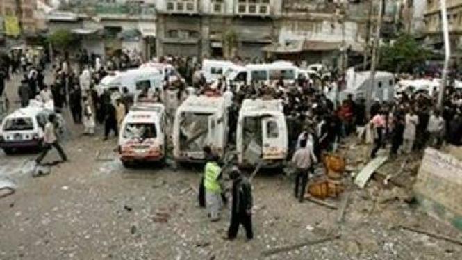Ambulans di lokasi pengeboman Senin 28 Desember 2009 di Karachi