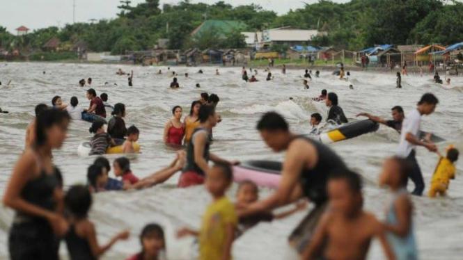 Wisatawan di Pantai Tanjung Bunga Makassar