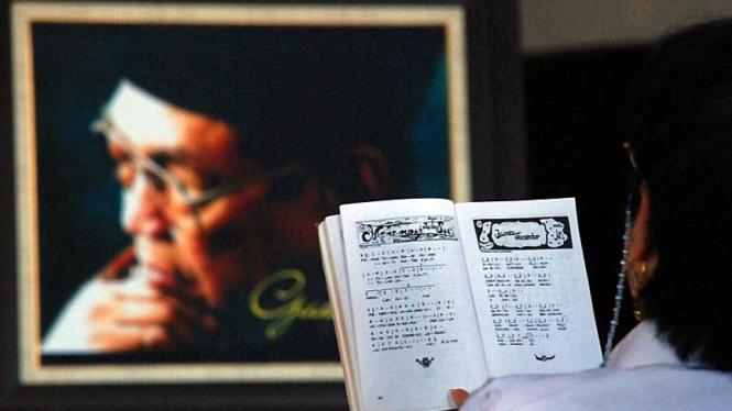 Ilustrasi Umat Khonghucu Berdoa Untuk Gus Dur